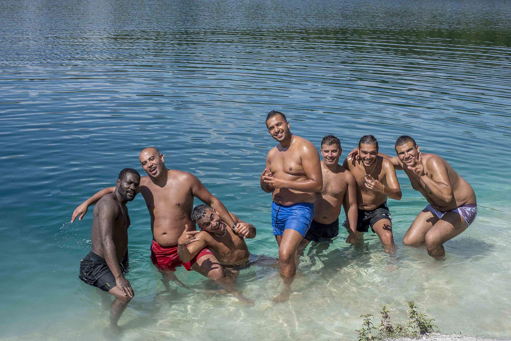 Amis au lac des ciments dans le Val d'Oise